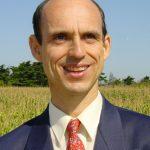Bruno Comby - il est ingénieur de l'Ecole Polytechnique et ingénieur en génie nucléaire de l'Ecole Nationale Supérieure de Techniques Avancées de Paris. Conférencier dans le domaine de l'énergie et écrivain de renommée internationale, il est le Fondateur de l'Association des Ecologistes Pour le nucléaire (AEPN), le directeur scientifique de l'institut qui porte son nom (IBC), au sein duquel il coordonne une équipe de chercheurs et de médecins de renommée internationale qui effectue des recherches dans le domaine de la santé préventive et est aussi le fondateur du Mouvement Optimiste.