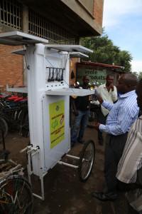 Le système de recharge de téléphone mobile, solaire disponible dans les marchés du Rwanda Crédits photos Thierry Barbaut