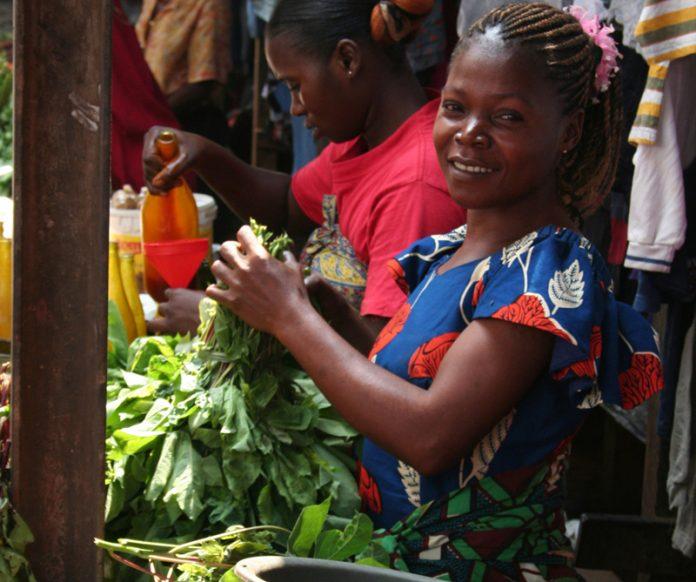 femme vendeuse sur un marché au Congo
