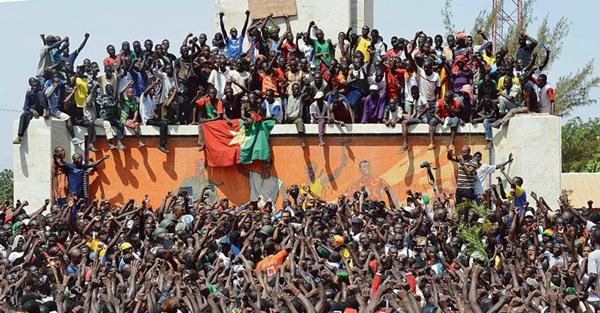 Le peuple à pris le pouvoir au Burkina, puis c'est l'armée qui passe à l'action...