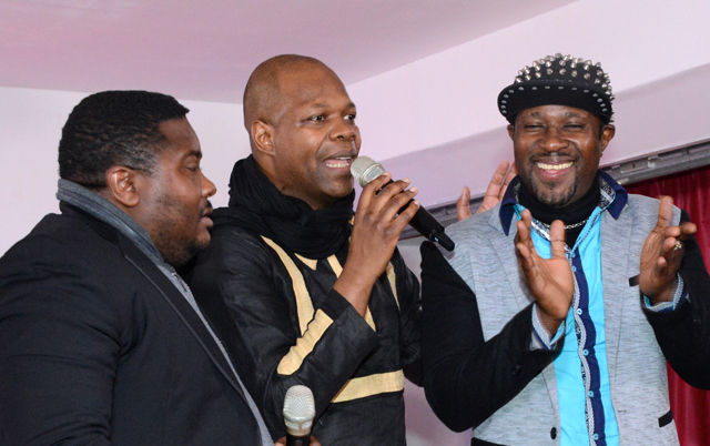 Amobe Mevegue d'Ubiznews.tv avec les humoristes Kondom et Ndjoundjou Kalaba