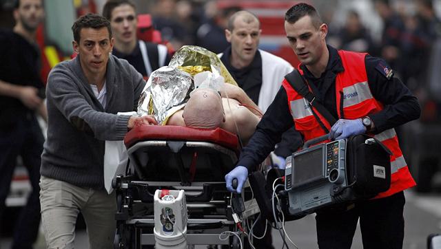 Un blessé évacué du Journal de Charlie Hebdo à Paris