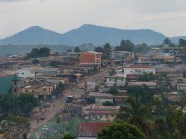 L'aube se lève sur Ebolowa, ville hospitalière du Sud Cameroun fin 2014. Crédits photo Thierry Barbaut - Info Afrique