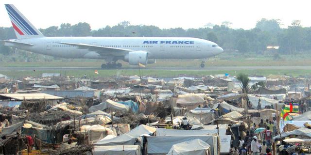 L'aéroport de M'poko est aussi un camp de réfugiés ou opère l'armée Française avec l'opération Sangaris