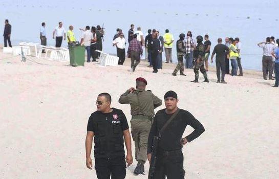Les forces de l'ordre sur la plage de Sousse en Tunisie après l'attentat de l'hôtel Imperialm Marhaba