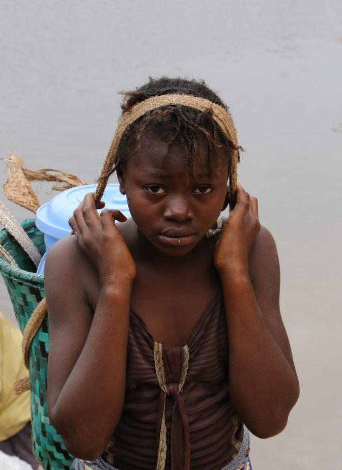 Une femme travaille au bord du fleuve Niari au Congo - Crédit Thierry BARBAUT 2015 -