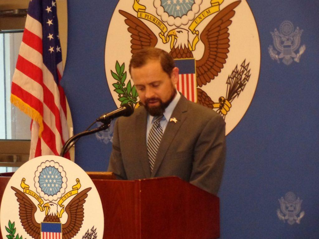 Ambassadeur Thomas Perriello animant une conférence de presse à l'Ambassade américaine à Bujumbura