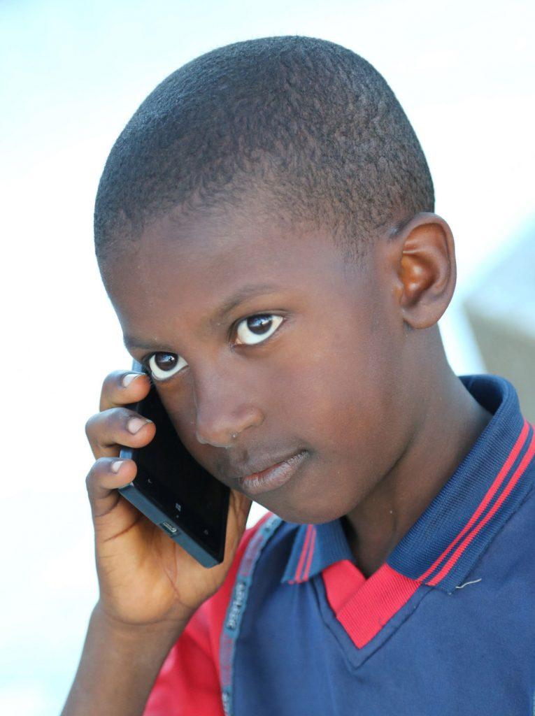 Un enfant téléphone dans le centre de la Guinée près de Dalaba - crédit photo Thierry BARBAUT - www.barbaut.com