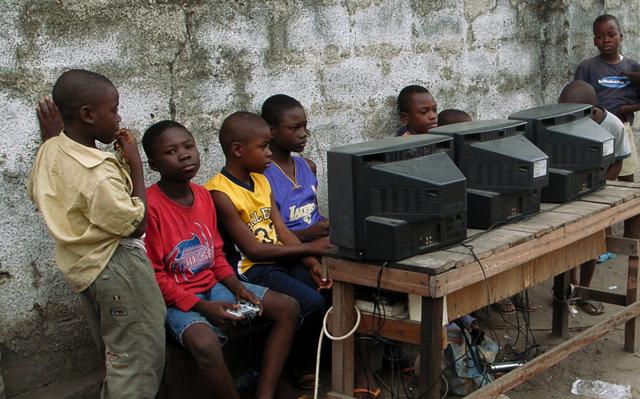 Enfants-RDC-jouant-playstation-shegues