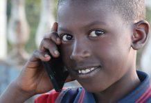 jeune africain avec un téléphone mobile en Guinée Conakry près de Dalaba