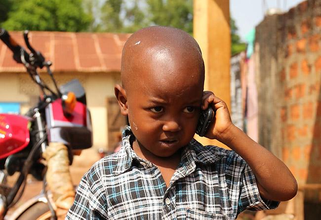 Un enfant téléphone en Guinée - Droits réservés Thierry Barbaut - Info Afrique