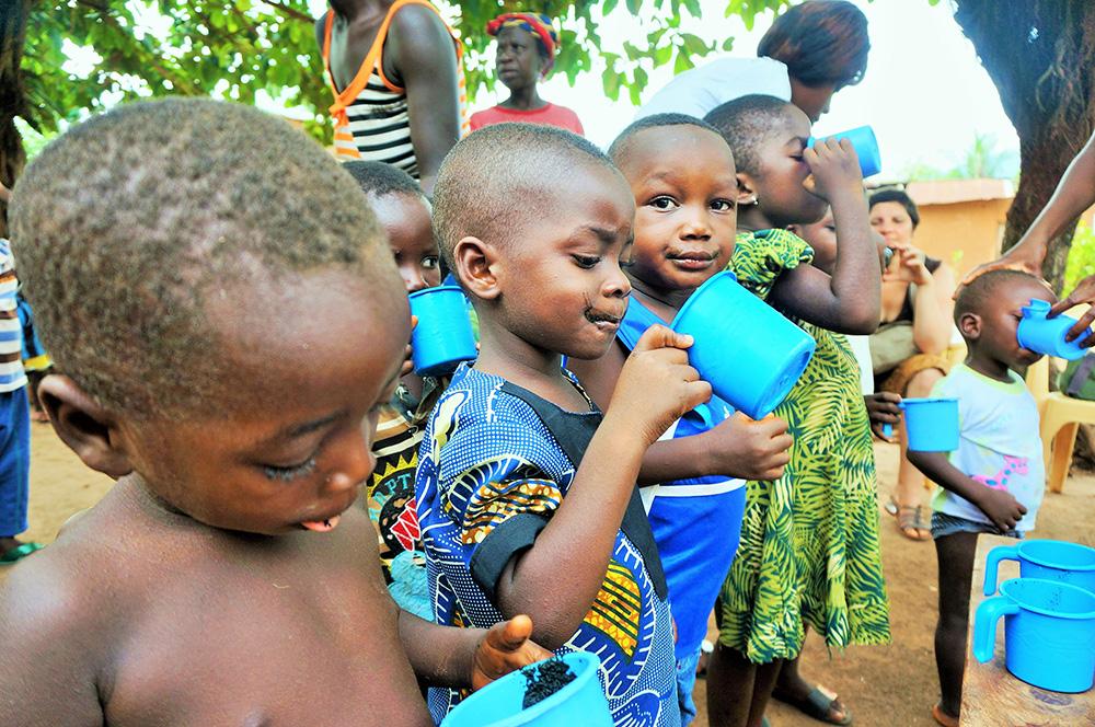 Des jeunes qui consomment de la Spiruline en Afrique
