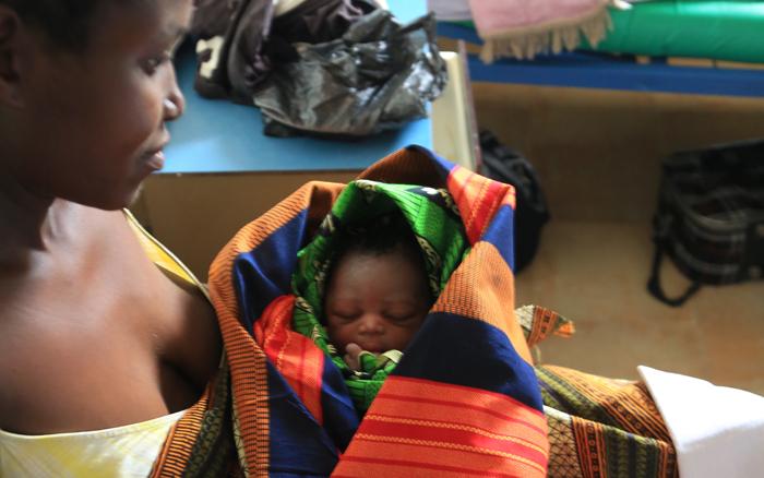 Une mère attend de l'assistance pour son enfant au Malawi - Copyright Thierry Barbaut