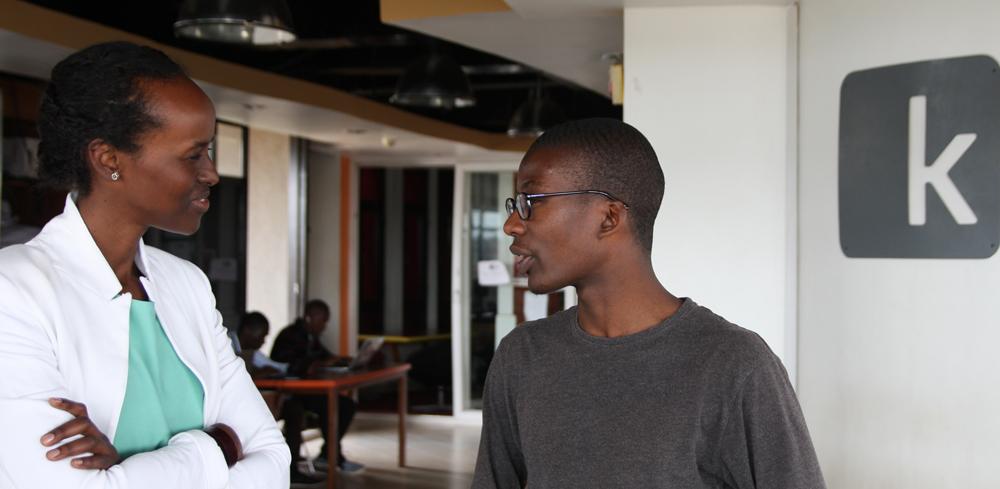 Haweya Mohamed échange dans un hub de la tech Africaine