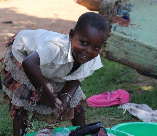 Petite fille effectuant des taches domestiques en Ouganda en 2016 - Crédit photo Thierry Barbaut