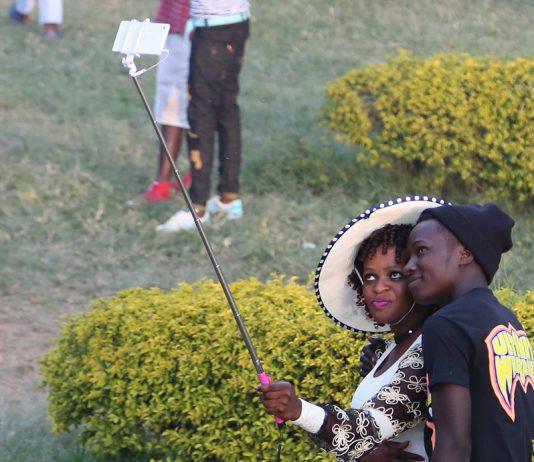 """La mode des """"selfies"""" est bien présente en Ouganda"""