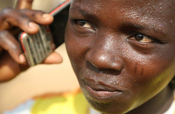 Usager de téléphone mobile au Togo - Crédit photo Thierry Barbaut