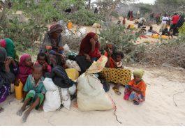 Une famille somalienne ayant dû fuir son village dans la région du Bas-Chébéli – une zone gravement touchée par la sècheresse – suite à une attaque menée par des combattants d'Al-Chabab, se repose avant de rejoindre un camp de fortune abritant des milliers d'autre personnes également déplacées par ces violences, le 17 mars 2017