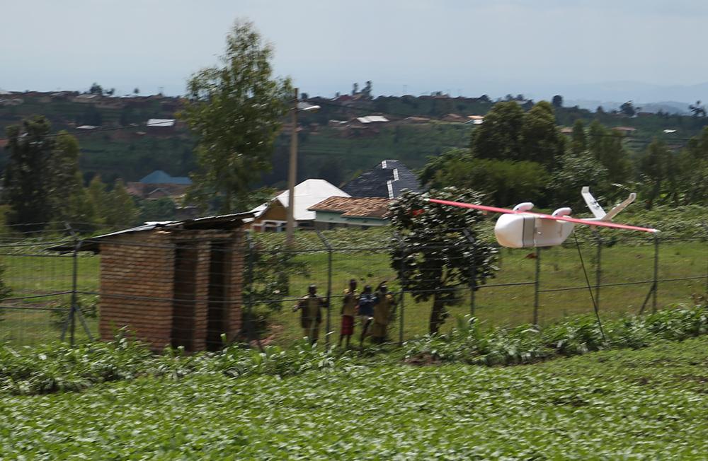 Un des drone de Zipline a terminé sa mission et retourne se poser sur la base de Muhanga au Rwanda