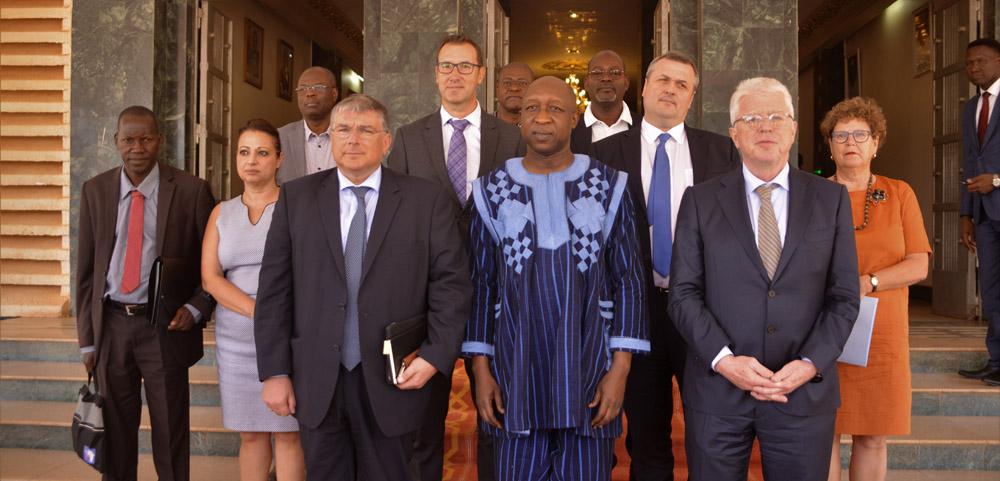 Le Premier Ministre son Excellence Paul Kaba THIEBA, Monsieur André BOUFFIOUX, société Siemens, Dr Claus Bernard AUER, Ambassadeur de l'Allemagne au Burkina Faso.