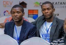 Hénock Kasongo Kazadi et son frère à Lubumbashi en RDC. Hénock présente son application.