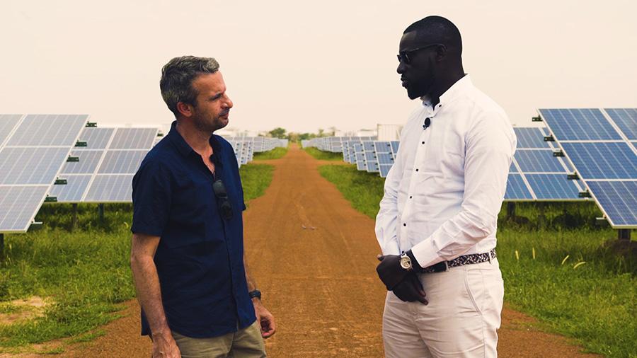 Thierry Barbaut et Karim Ndiaye de l'entreprise Meridiam sur la centrale photovoltaïque de Ten Merina au Sénégal