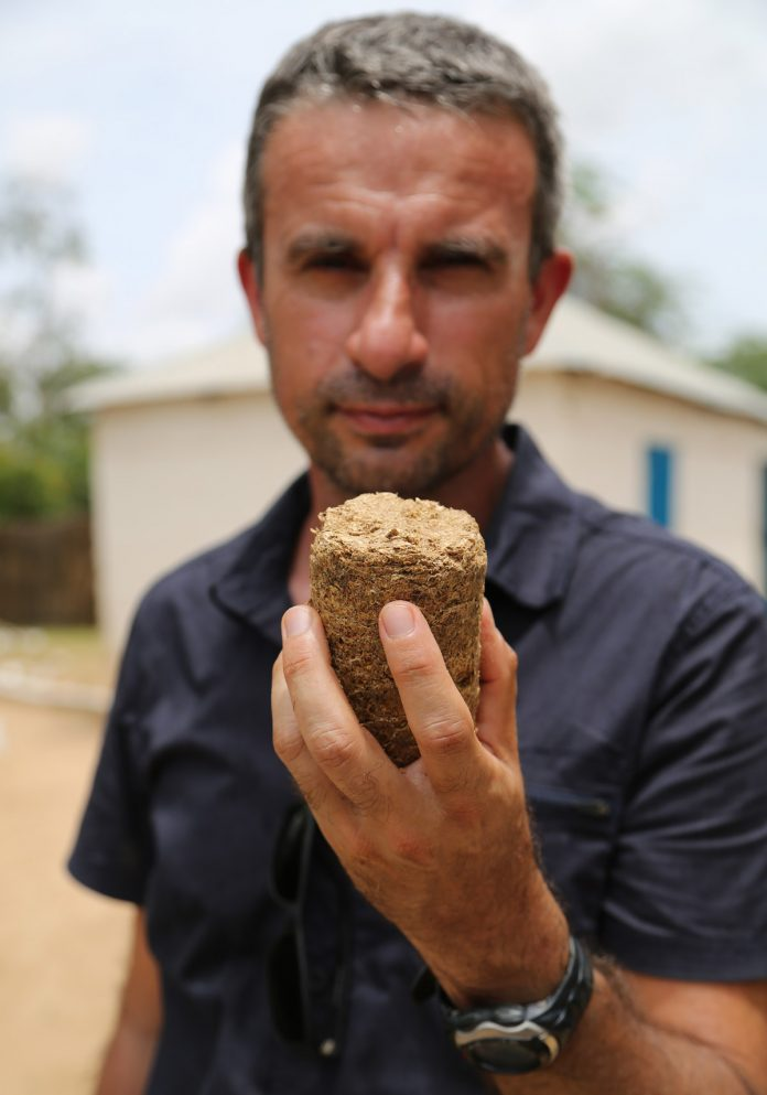 Charbon vert avec des coques d'arachides en Afrique