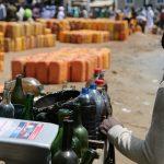 Essence au Bénin le carburant voyage en pirogue