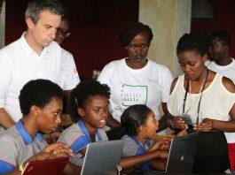 Des jeunes femmes impliquées dans la Google Code Week de Bujumbura - Mentorat technique de Thierry Barbaut